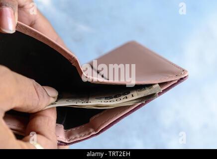 Businessman putting ou prendre ou payer Indian Rupee billets de pochette de cuir. Isolé sur fond blanc. Gagner de la croissance crise pot-corrupt