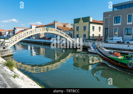 Moliceiro navigation sur le Canal de São Roque et pont de Carcavelos, Aveiro, Venise du Portugal, Beira Litoral, Portugal Banque D'Images