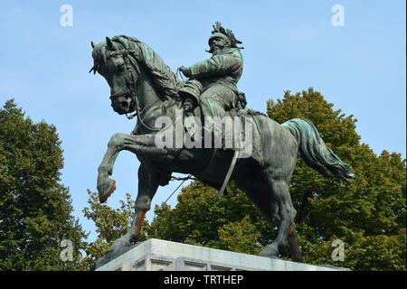 Statue équestre du premier roi d'Italie Victor Emmanuel II sur la Piazza Bra square dans le centre historique de Vérone - Italie. Banque D'Images