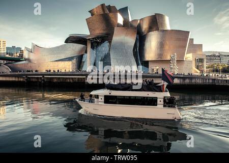 Bilbao, Espagne - novembre 03, 2018: avis de bateau touristique sur la rivière et musée Guggenheim de Bilbao ville. Espagne , le 03 novembre 2018 à Bilbao, Espagne Banque D'Images