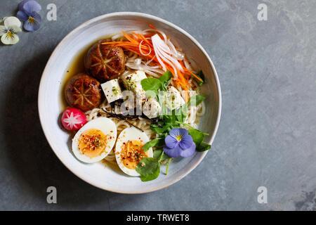 Le miso ramen japonais avec les champignons farcis, des nouilles et des oeufs Banque D'Images