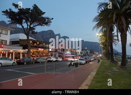 Rue principale de Camps Bay, Cape Town, Afrique du Sud Banque D'Images