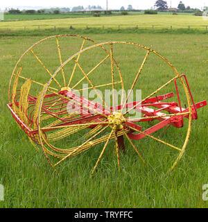 Un cheval de ferme antique ou un râteau de foin agricole dessiné par tracteur dans un champ au Chainbridge Honey Farm Museum Berwick sur Tweed Angleterre Royaume-Uni Banque D'Images