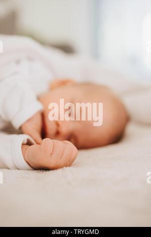 Petite main d'un bébé endormi Banque D'Images