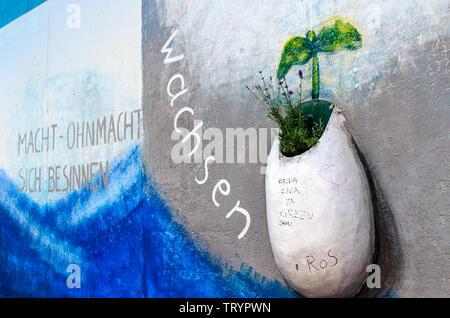 BERLIN, ALLEMAGNE - 27 juillet 2018: Magnifique street art et graffiti sur un tronçon du mur de Berlin. Banque D'Images