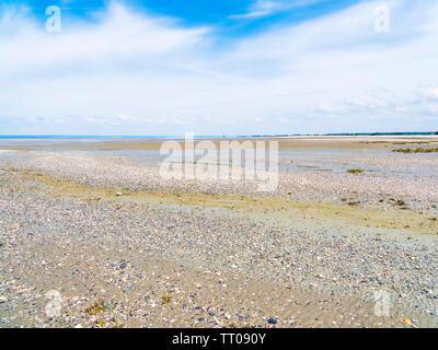 La recherche à travers la vaste étendue de plage près du village de Cherrueix, France, à marée basse sur une vague jour de printemps. Banque D'Images