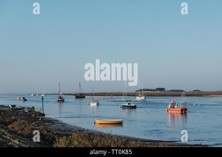 Wells-next-the-Sea, Royaume-Uni - 20 Avril 2019: Avis d'une variété de bateaux amarrés par les puits-next-the-sea port sur une journée ensoleillée. Wells est une ville balnéaire et