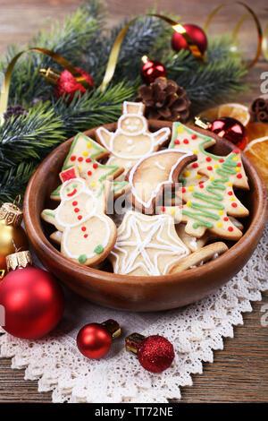 Gingerbread cookies dans un bol avec une décoration de Noël sur fond de table en bois Banque D'Images