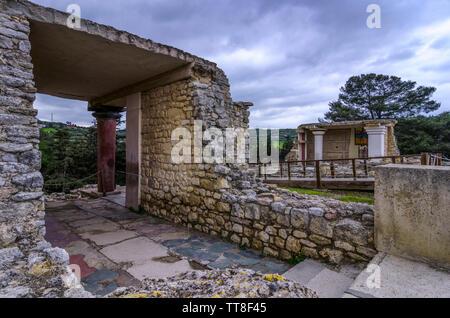 Palais de Knossos, Crète / Grèce. Entrée sud, couloir avec le Prince de la fresque au Lys le site archéologique de Knossos. Banque D'Images