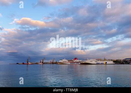 Héraklion, Crète / Grèce. De soleil colorés sur le port d'Héraklion. Deux bateaux ferry amarré à la jetée (Peiraeus - route d'Héraklion)
