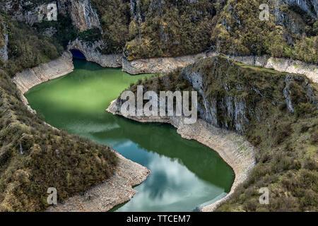 Clair et la rivière Uvac cleen en Serbie avec l'habitat naturel, des espèces d'oiseaux protégées vautour fauve Banque D'Images