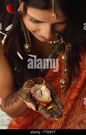 Little indien diya sur sa paume Banque D'Images