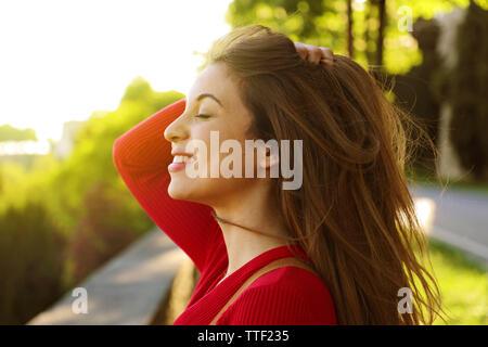 Jeune femme portrait en extérieur avec les yeux fermés