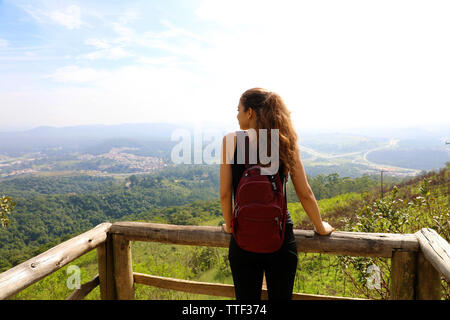 Hiker with backpack enjoying view de pic de Jaragua, Sao Paulo, Brésil Banque D'Images