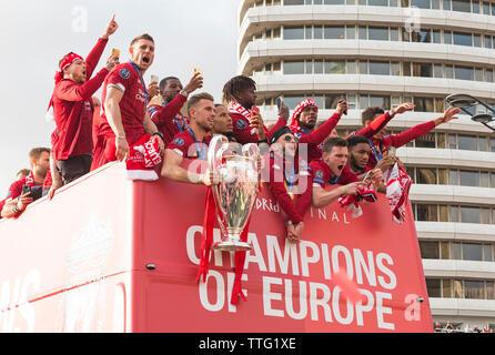 Le Liverpool FC équipe sur la parade de bus pour célébrer gagner Ligue des Champions 2019, le capitaine Jordan Henderson holding Cup, la Ligue des Champions Liverpool, Royaume-Uni Banque D'Images