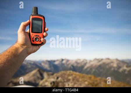 Hiker holding GPS, pic de Douglas, en Colombie-Britannique. Banque D'Images