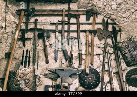 Close-up de divers outils anciens pendu le vieux mur