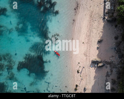 L'homme en kayak sur la mer dans l'eau turquoise Banque D'Images