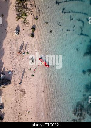 Les personnes atteintes de kayak sur la plage Banque D'Images