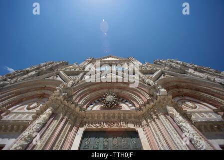 Low angle view de la Cathédrale de Sienne contre le ciel bleu