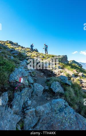 Jeune couple de descendre une piste escarpée dans les alpes Oetztal Banque D'Images