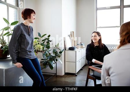 Des collègues de sexe féminin ayant discussion dans creative office Banque D'Images