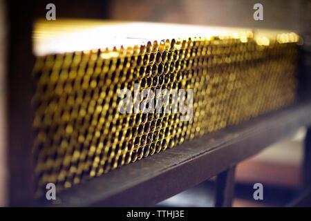 Pile de tuyaux métalliques sur la table en usine Banque D'Images