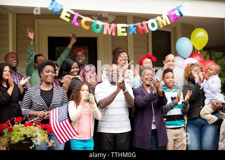Heureux en famille et amis tout en accueillant à l'extérieur chambre Banque D'Images