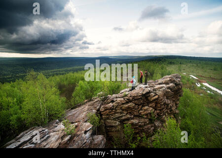 High angle view of friends standing on rock formation Banque D'Images