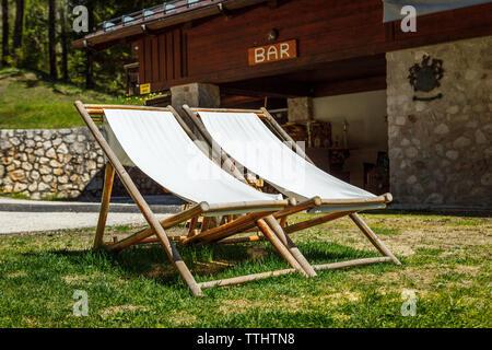 Deux chaises en Lago Ghedina, un lac alpin à Cortina D'Ampezzo, Dolomites, Italie Banque D'Images