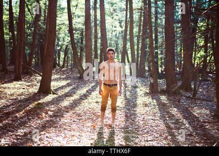 Portrait d'homme debout sur terrain en forêt Banque D'Images