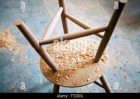 Portrait de copeaux de bois à l'envers dans l'atelier de table Banque D'Images