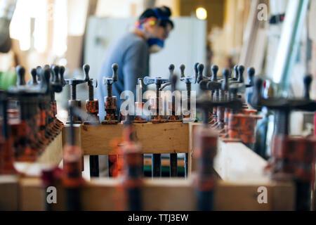 Vue latérale du male carpenter in workshop