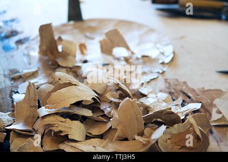Close-up de copeaux de bois sur la table d'atelier Banque D'Images
