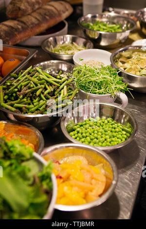 Les légumes dans un bol sur le comptoir de la cuisine Banque D'Images