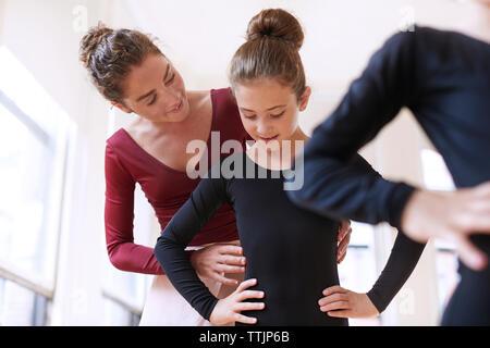 Professeur de ballet ballerine aider en studio Banque D'Images