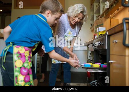 Family baking cupcakes au four à la maison Banque D'Images