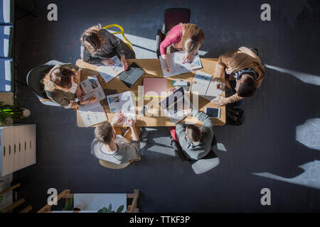 Vue aérienne d'élèves étudiant à table en classe