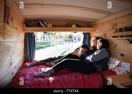 Couple tout en vous relaxant dans le camping-car Banque D'Images