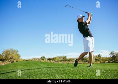 Sur le terrain de jeu du golfeur against sky