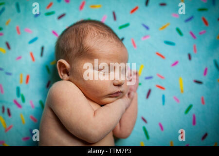Close-up of shirtless baby boy sleeping on bed at home Banque D'Images