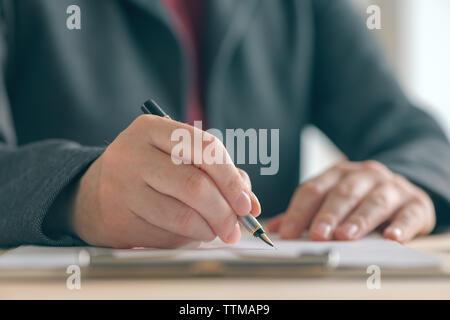 Businesswoman signature contrat et accord de partenariat d'affaires au bureau 24, Close up of hands écrit signature