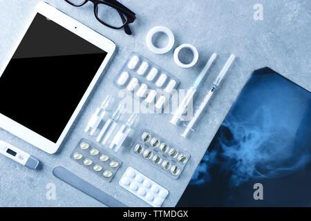 Jeu d'outils médicaux avec tablette sur fond gris Banque D'Images