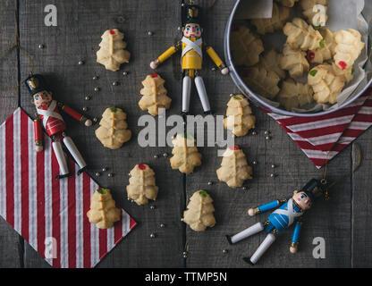 Vue aérienne de figurines avec des cookies sur table en bois à Noël Banque D'Images