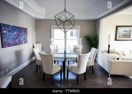 Table et chaises capitonnées blanc avec un tissu blanc en ...