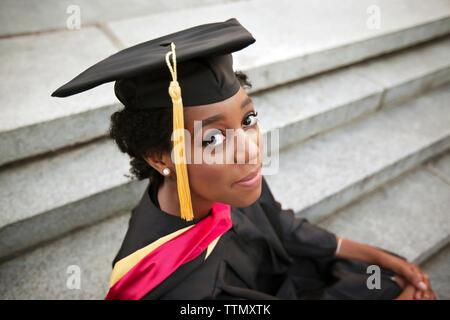 Portrait of woman wearing graduation gown Banque D'Images