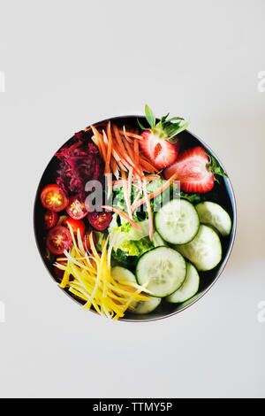 Vue de dessus de salade de tomates contre fond blanc Banque D'Images