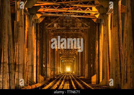 La voie de chemin de fer en tunnel lumineux Banque D'Images