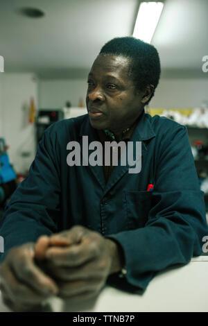 Portrait d'homme noir de 60 ans dans son entreprise