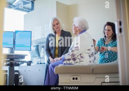Fille à la femme médecin à l'écoute de la respiration de la mère à l'hôpital Banque D'Images